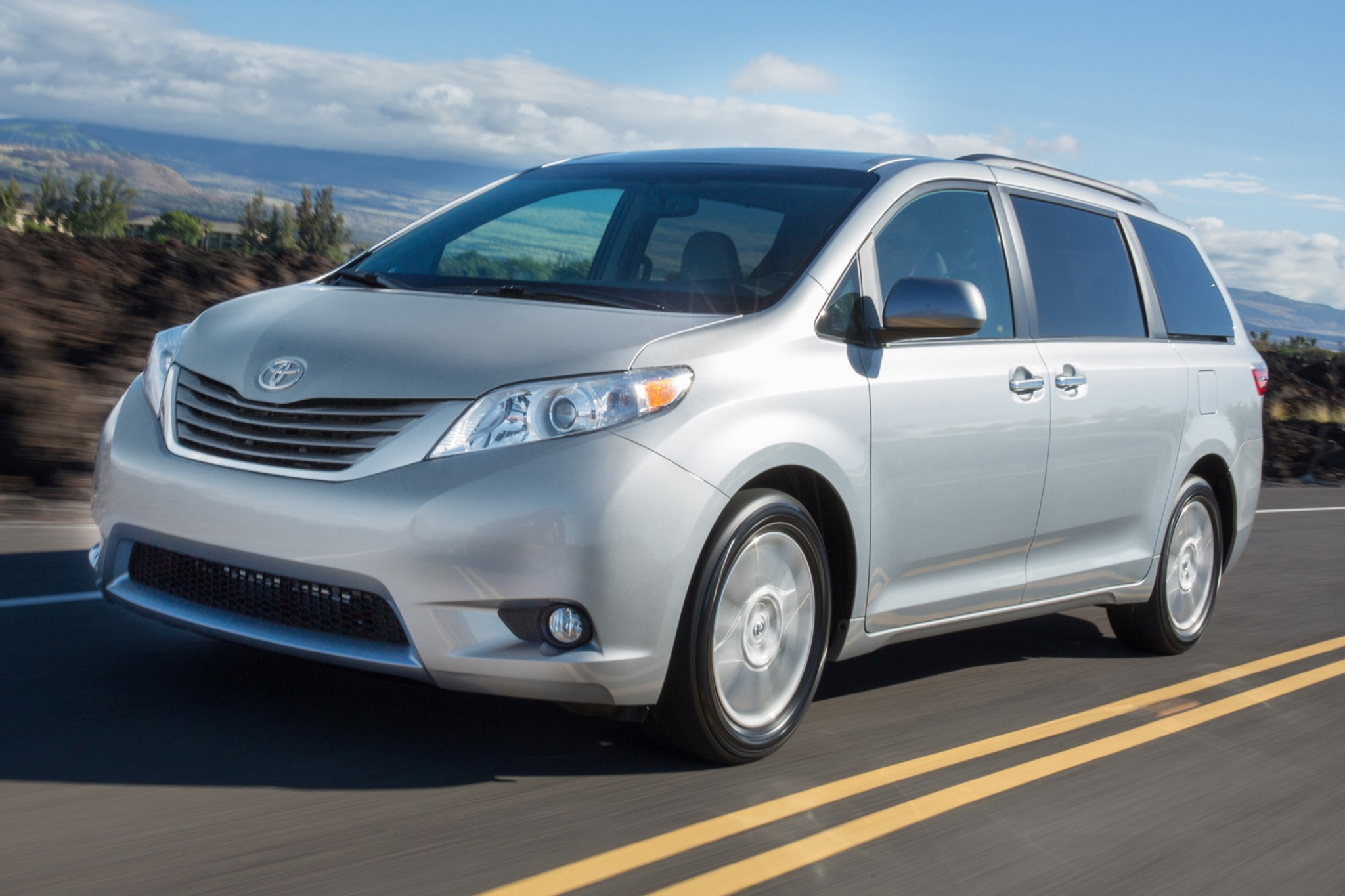 2016 toyota sienna passenger minivan xle premium 7 passenger fq oem 1 2048