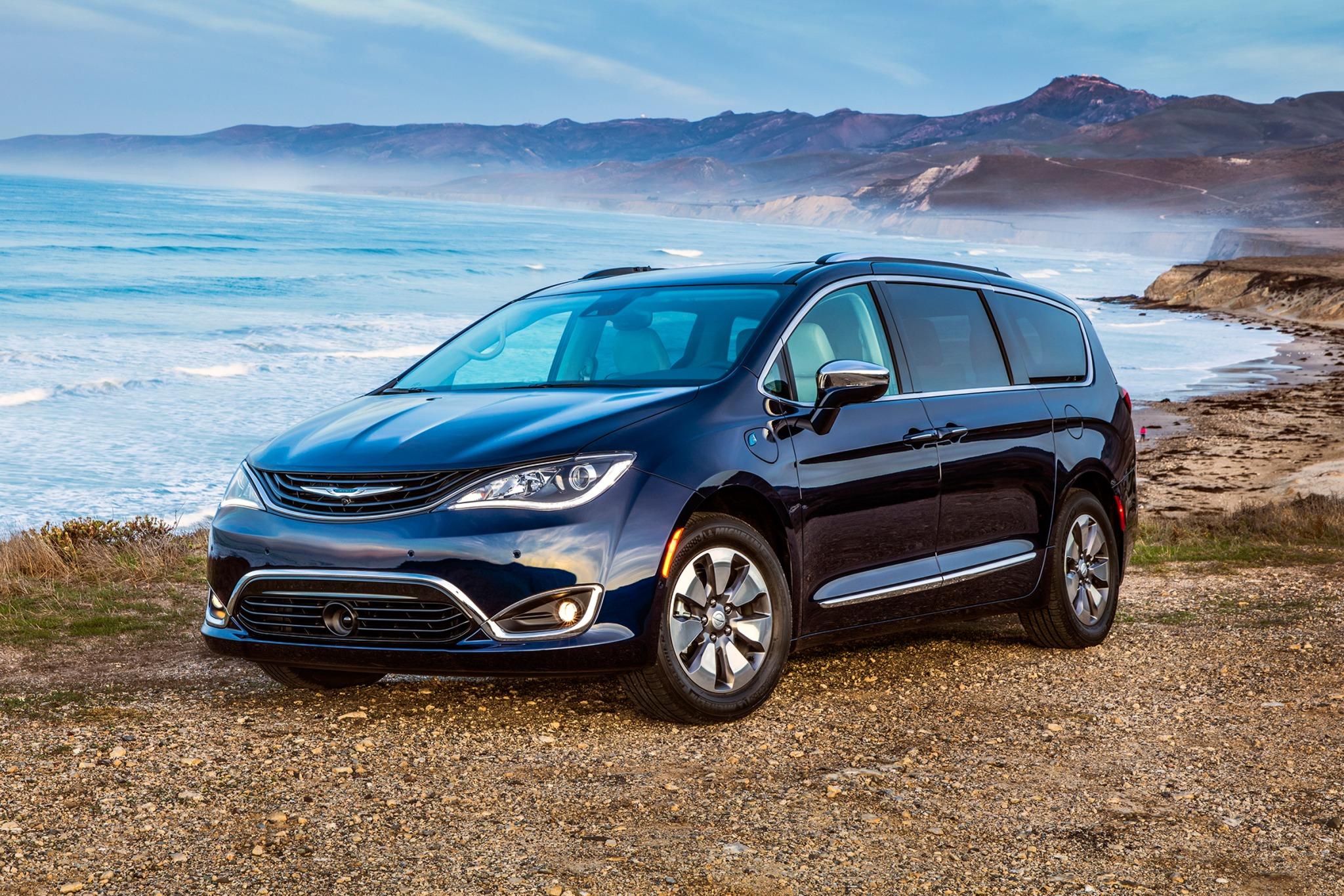 2017 chrysler pacifica hybrid passenger minivan platinum fq oem 1 2048